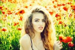 dziewczyna w polu makowy ziarno zdjęcie royalty free