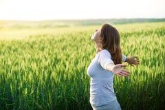 Dziewczyna w polu przy latem zdjęcia royalty free