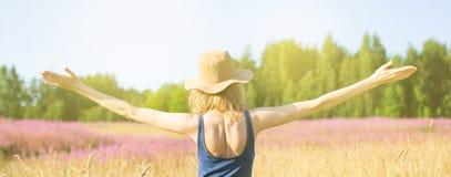 Dziewczyna w polu raduje się przy słońcem Fotografia Stock