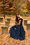 Dziewczyna w pomarańczowej jesieni forrest zdjęcia stock