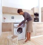 Dziewczyna w pralnianym pokoju a Zdjęcie Stock