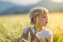 Dziewczyna w pszenicznym polu Obrazy Royalty Free