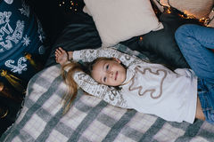 Dziewczyna w puloweru rozciąganiu w łóżku Dziewczyna ma zabawę w domu Obraz Royalty Free