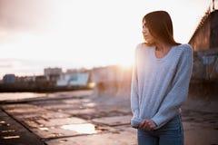 Dziewczyna w pulowerze blisko morza fotografia stock