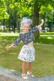 Dziewczyna w purpurach kwitnie outdoors w lecie Obraz Stock