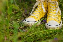 Dziewczyna w purpurach kwitnie outdoors w lecie Fotografia Stock