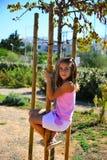 Dziewczyna w różowego stroju uśmiechniętym pięciu drzewo Zdjęcia Stock