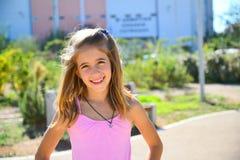 Dziewczyna w różowy stroju ono uśmiecha się Zdjęcia Royalty Free