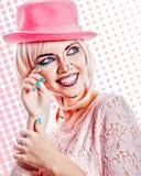 Dziewczyna w różowym kapeluszu w wystrzał sztuki stylu na barwionym tle Obraz Royalty Free