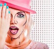 Dziewczyna w różowym kapeluszu w wystrzał sztuki stylu na barwionym tle Zdjęcia Royalty Free