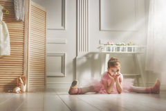 Dziewczyna w różowej spódniczce baletnicy Zdjęcia Royalty Free