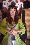 Dziewczyna w rocznika Viking odzieży z kordzikiem obrazy royalty free