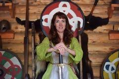Dziewczyna w rocznika Viking odzieży z kordzikiem obrazy stock