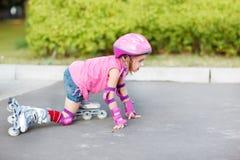 Dziewczyna w rolkowych łyżwach dostaje rolkowy Fotografia Royalty Free