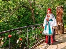 Dziewczyna w Rosyjskim krajowym kostiumowym Ostrogozhsk okręgu Voronezh prowincja zdjęcie royalty free
