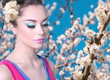 Dziewczyna w różowej koszula z wiosną kwitnie Fotografia Stock