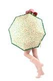 Dziewczyna w różowych gumowych butach z kapeluszowym i ślicznym zielonym parasolem z sercami. Fotografia Stock