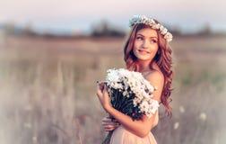 Dziewczyna w rumianku wianku Fotografia Royalty Free
