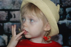 Dziewczyna w słomianym kapeluszu Obrazy Royalty Free