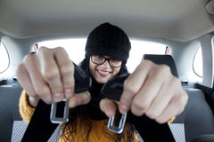 Dziewczyna w samochodzie z pasami bezpieczeństwa Zdjęcie Royalty Free
