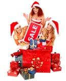 Dziewczyna w Santa kapeluszowego mienia prezenta Bożenarodzeniowym pudełku Fotografia Royalty Free