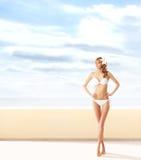Dziewczyna w seksownym swimsuit na bławym tle Zdjęcia Royalty Free