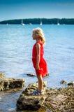Dziewczyna w skalistego brzeg bocznym widoku Zdjęcia Royalty Free
