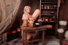 Dziewczyna w smokingowym obsiadaniu w sklepie spożywczym Fotografia Stock