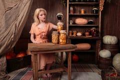Dziewczyna w smokingowym obsiadaniu w sklepie spożywczym Zdjęcie Royalty Free