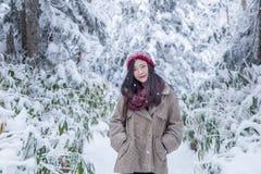 Dziewczyna w sosnowym lesie z śniegiem wszędzie zdjęcia stock