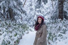 Dziewczyna w sosnowym lesie z śniegiem wszędzie fotografia royalty free