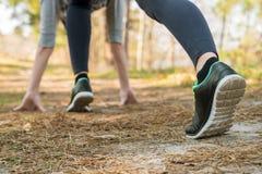 Dziewczyna w sportach dyszy i buty, stojaki przy początkiem przed runni fotografia stock
