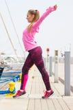 Dziewczyna w sportach jest ubranym ćwiczyć z skokową arkaną, pojęcie zdrowy aktywny styl życia Obrazy Stock