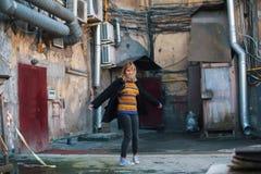 Dziewczyna w starym centrum St Petersburg podwórza Zabawa zdjęcie stock