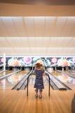Dziewczyna (3) w stripey sukni przy kręgle aleją obrazy stock