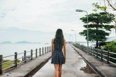 Dziewczyna w sukni chodzi na molu widok z powrotem farbujący włosy Fotografia Royalty Free