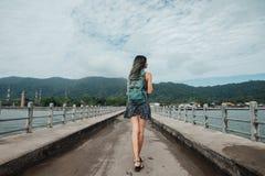 Dziewczyna w sukni chodzi na molu widok z powrotem farbujący włosy Obraz Stock