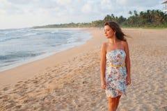 Dziewczyna w sukni na plaży blisko oceanu Obrazy Royalty Free