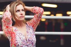 Dziewczyna w suknia stojakach na podziemnym parking, stonowana fotografia Zdjęcie Royalty Free