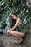 Dziewczyna w swimsuit blisko kamiennej ściany zdjęcia royalty free