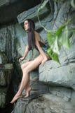 Dziewczyna w swimsuit blisko kamiennej ściany zdjęcie stock