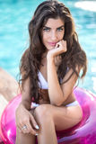 Dziewczyna w swimsuit siedzi na gumowym pierścionku zdjęcia royalty free