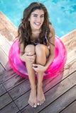 Dziewczyna w swimsuit siedzi na gumowym pierścionku obrazy royalty free