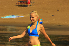 Dziewczyna w swimsuit z uśmiechem chodzi w wodę Zdjęcie Royalty Free