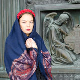 Dziewczyna w szaliku z aniołami Obraz Royalty Free