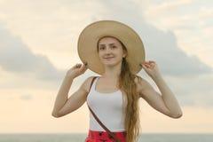 Dziewczyna w szerokim kapeluszu na plaży Portret ujawnienia zawodnik bez szans zmierzchu czas Zdjęcia Royalty Free