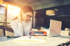 Dziewczyna w szkła działania zadaniu pracuje w coworking tempie z wifi strefą używać technologię zdjęcia royalty free