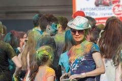 Dziewczyna w szkłach i kapeluszu Festiwal kolory Holi w Cheboksary, Chuvash republika, Rosja 05/28/2016 Obrazy Stock