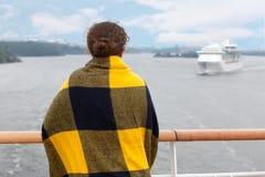 Dziewczyna w szkockiej kracie na pokładzie statek Zdjęcia Stock