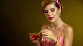 Dziewczyna w szpilka stylu napoju Martini koktajlu i cios całujemy zdjęcie wideo